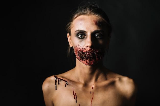 Mujer aterradora con la cara dañada Foto gratis