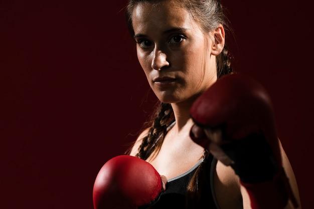 Mujer atlética en ropa de fitness y guantes de box Foto gratis