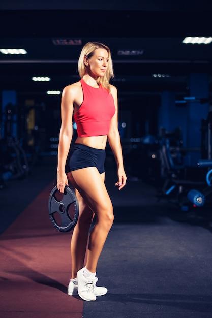 Mujer atlética sexy fitness joven en tren de dieta y ejercicio en el gimnasio Foto Premium