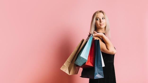 Mujer atractiva con bolsas de la compra. Foto gratis