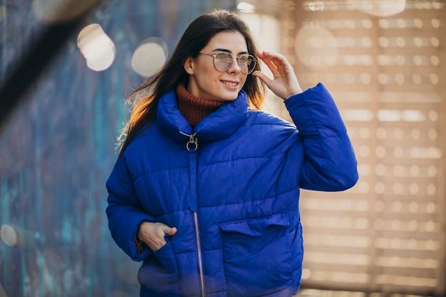 Mujer atractiva joven en chaqueta de invierno azul Foto gratis