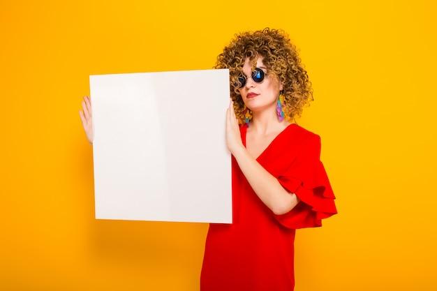 Mujer atractiva con pelo corto y rizado y banner Foto Premium