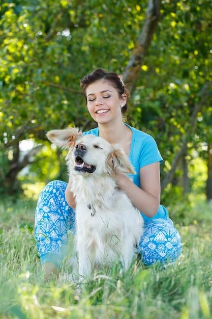 Mujer atractiva con perro Foto gratis