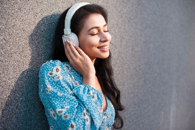 Mujer con auriculares disfrutando Foto gratis