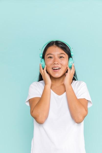 Mujer con auriculares siendo feliz Foto gratis