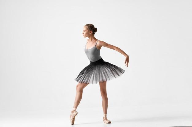 Mujer bailarina bailando ballet Foto Premium