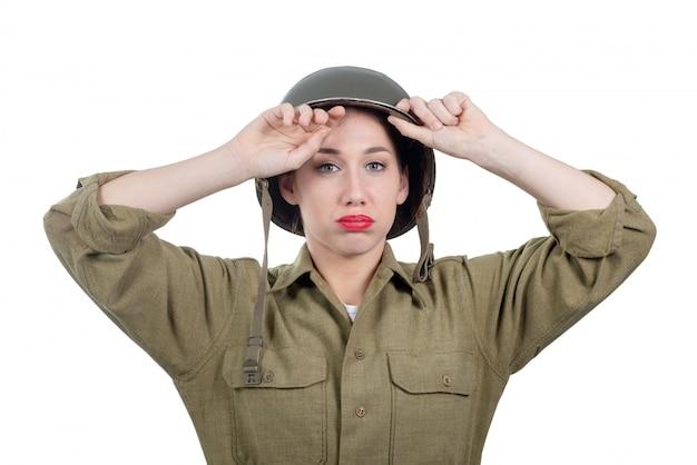Una mujer bastante joven cansada con el casco americano ww2 Foto Premium