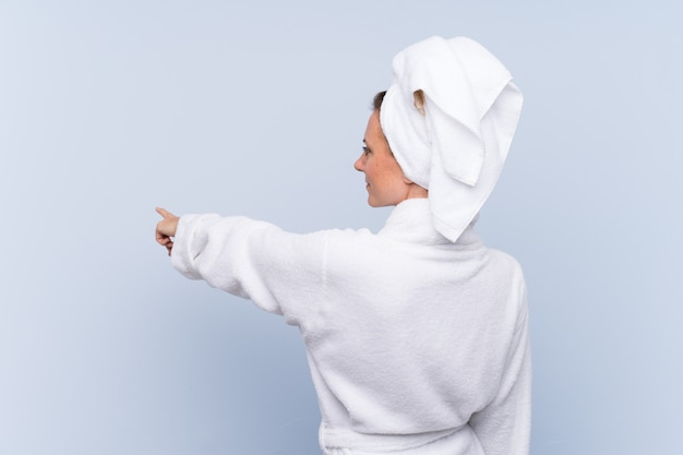 Mujer con bata de baño y toalla en el pelo Foto Premium