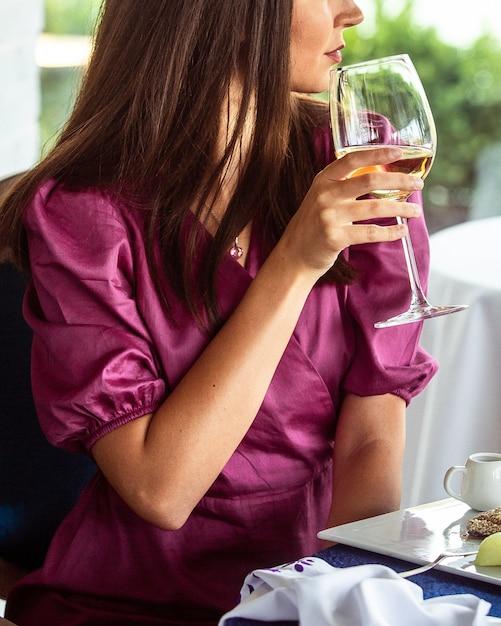 Mujer bebiendo vino vino en el restaurante Foto gratis