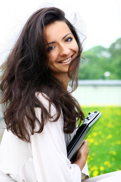 Mujer bella y atractiva en la calle Foto gratis