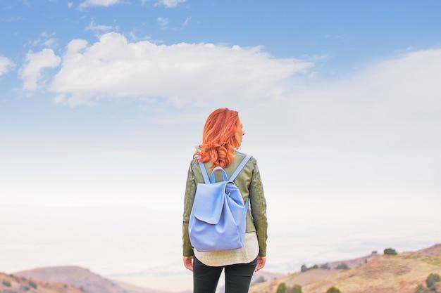 Mujer de belleza al aire libre disfrutando de la naturaleza. mujer libre disfrutando de la naturaleza. chica de belleza al aire libre. Foto Premium