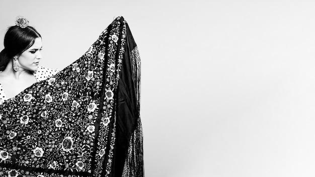 Mujer blanco y negro con flamenca