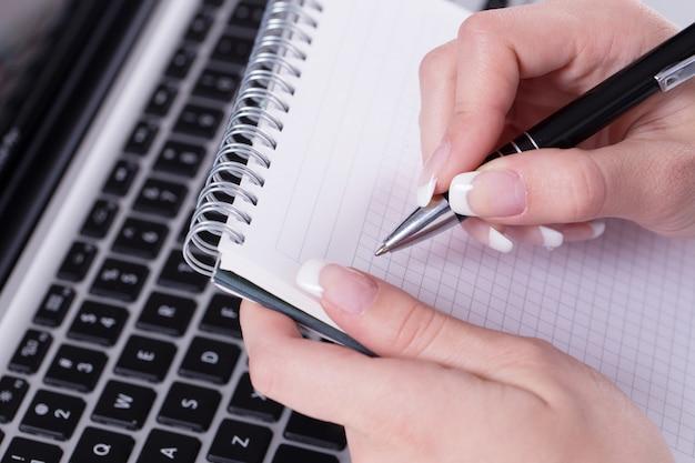 Mujer con un bloc de notas Foto gratis
