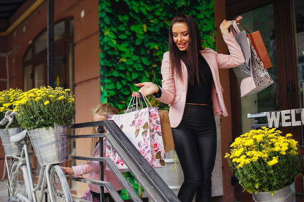 Mujer con bolsa de compras en una ciudad Foto gratis