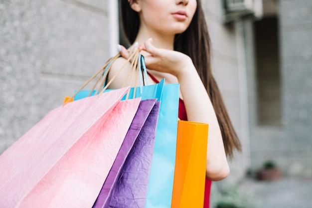 Mujer con bolsas de papel Foto gratis