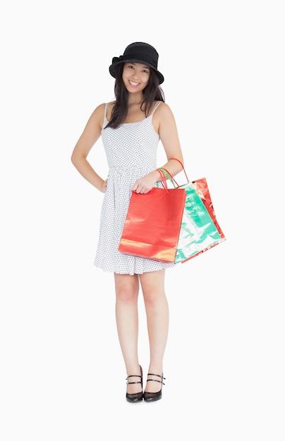 9c1d06400509 Mujer bonita con bolsas de compras con vestido y sombrero de lunares ...