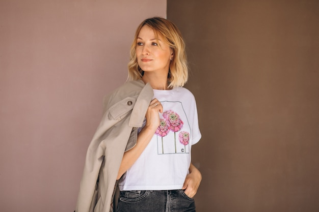 Mujer bonita con camiseta Foto gratis