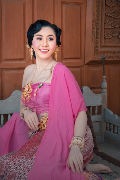 Mujer bonita con vestido tailandés en casa de madera antigua de ...