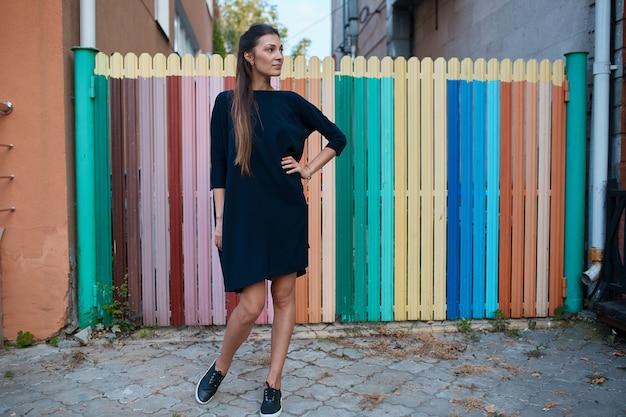 Mujer bonita de moda caminando por las calles de la ciudad vieja Foto gratis