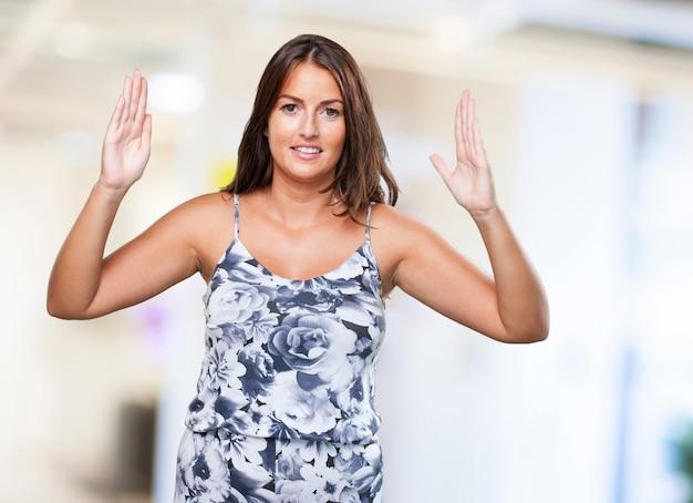 Mujer bonita que sostiene algo gesto Foto gratis