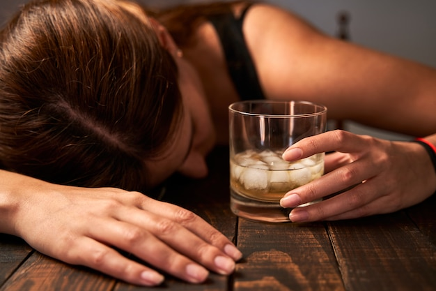 Hablemos de licores. Mujer-borracha-sosteniendo-vaso-alcohol-concepto-alcoholismo_77593-613