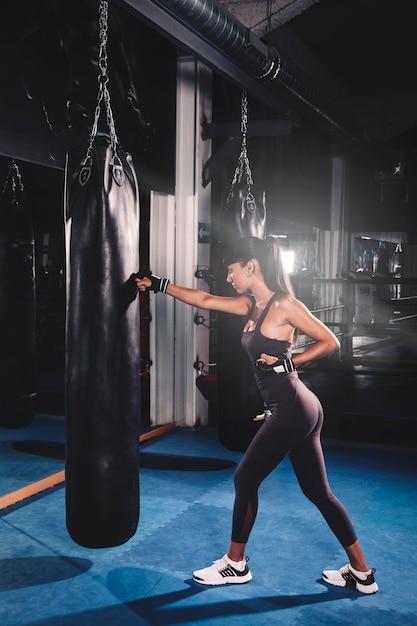 Mujer boxeando en gimnasio Foto gratis