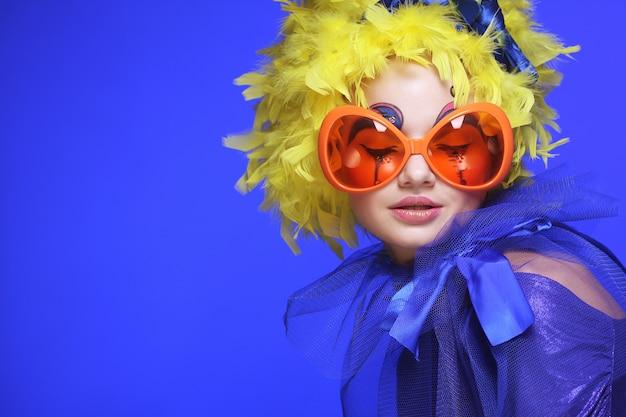 Mujer con cabello amarillo y gafas de carnaval Foto Premium