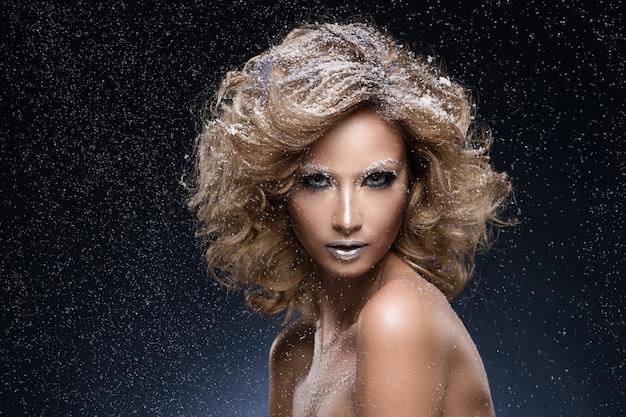 Mujer con cabello rizado y tema de invierno Foto gratis