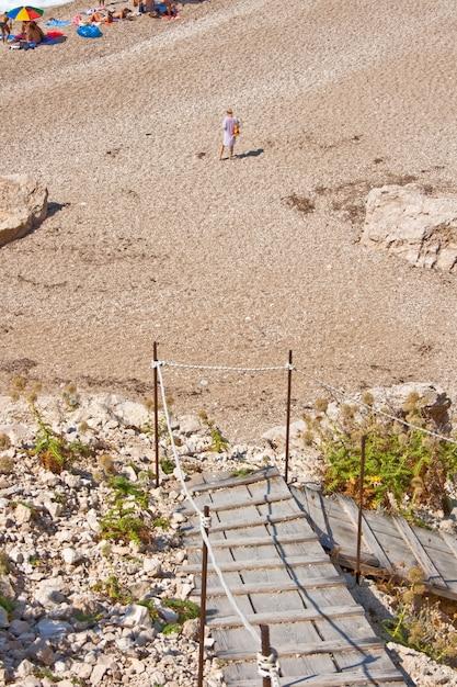 Mujer caminando en la playa Foto Premium