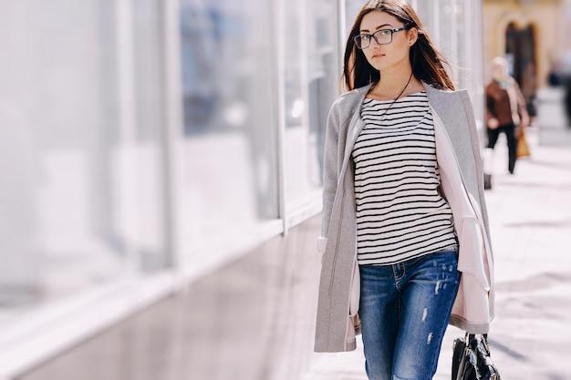 Imagen de una mujer caminando en el parque — Foto de stock ...