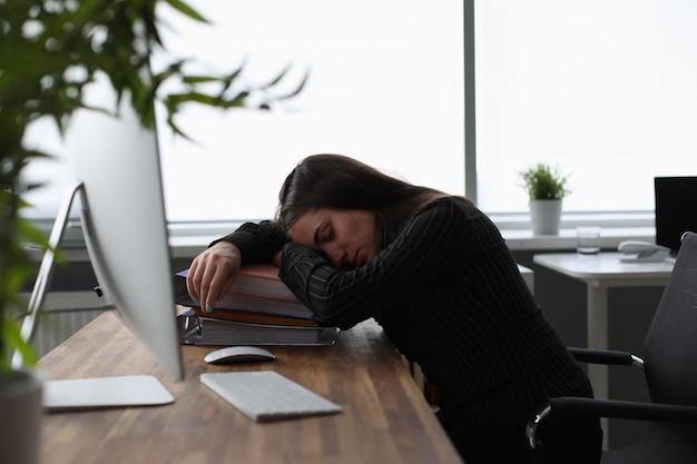 Mujer cansada en la oficina Foto Premium