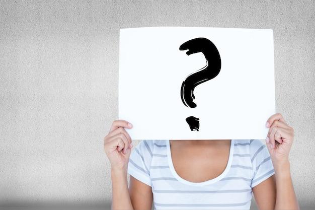 Mujer con un cartel en la cara con una interrogación Foto gratis