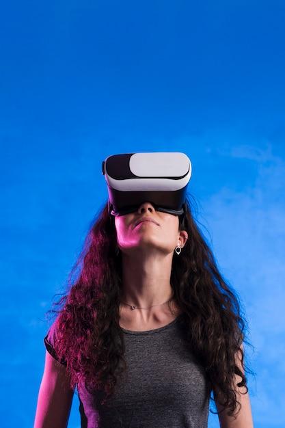 Mujer con casco de realidad virtual al aire libre Foto gratis