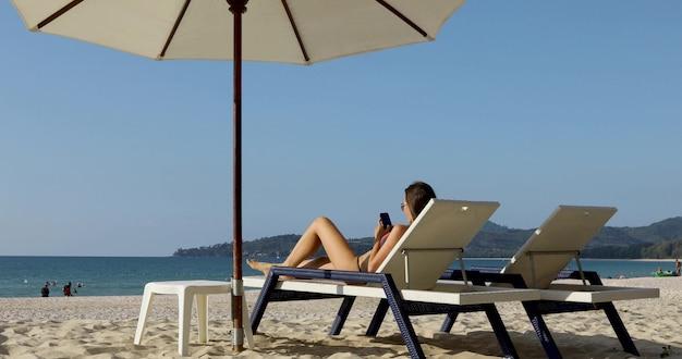 Mujer caucásica joven atractiva atractiva en la playa tropical hermosa Foto Premium