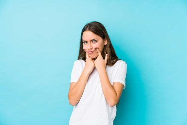 mujer-caucasica-joven-que-duda-dos-opciones_1187-76600
