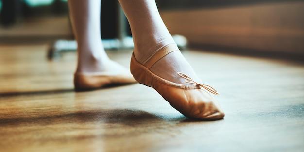 Una mujer caucásica y una niña practicando ballet Foto Premium