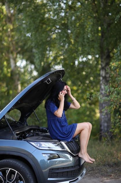 Mujer, en, un, coche roto Foto gratis
