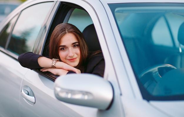 Mujer en coche Foto Premium