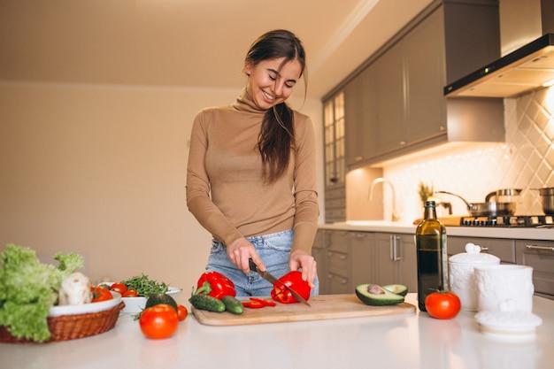 Mujer, cocina, en, cocina Foto gratis