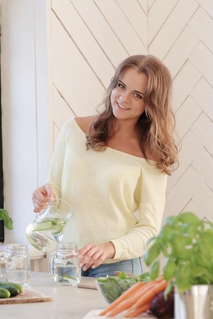 Mujer en la cocina Foto gratis