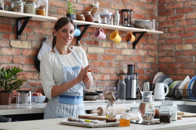 Mujer, cocina Foto gratis