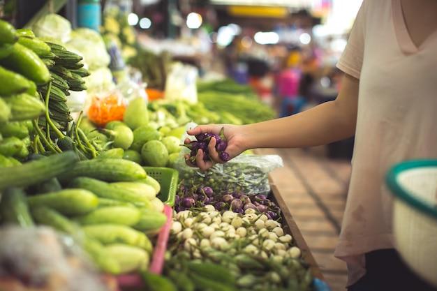 Mujer compra frutas y verduras orgánicas Foto gratis
