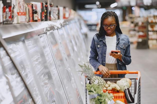 Mujer comprando verduras en el supermercado Foto gratis