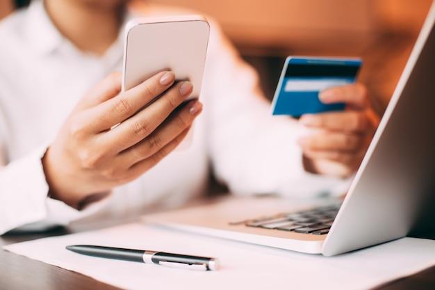Mujer de las compras de crédito gestor de teléfono inteligente Foto gratis