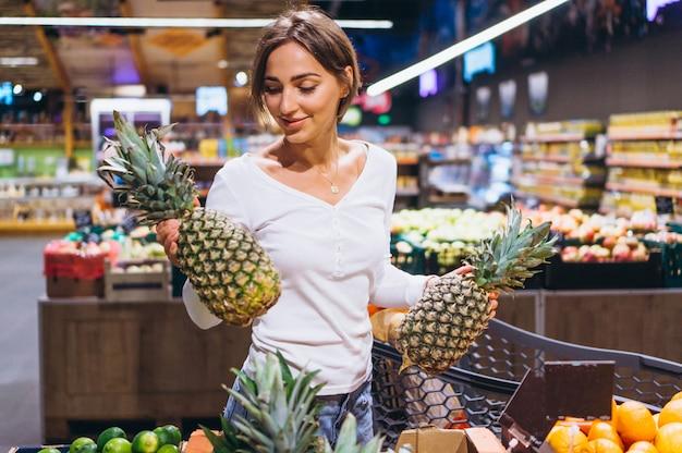 Mujer de compras en la tienda de comestibles Foto gratis