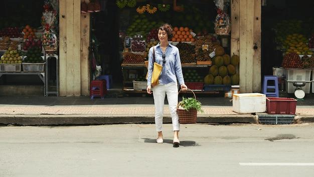 Mujer de compras Foto gratis