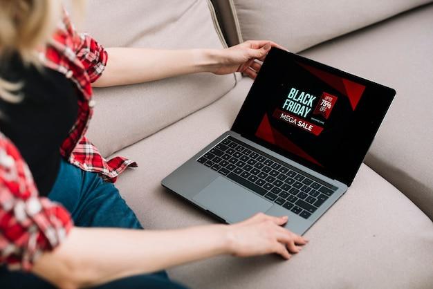 Mujer comprobando las ventas en línea el viernes negro Foto gratis
