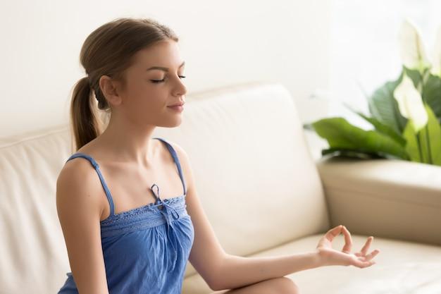 La mujer se concentra en pensamientos positivos en la mañana. Foto gratis