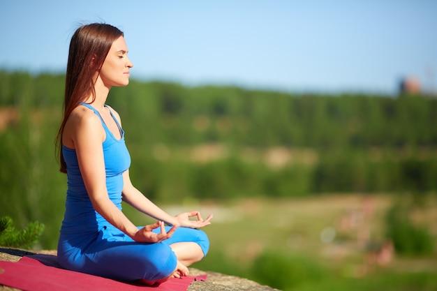 Mujer concentrada en un día soleado Foto gratis