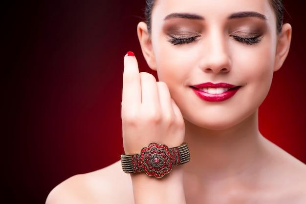 Mujer en concepto de glamour con joyas Foto Premium